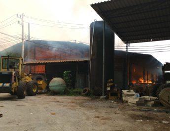 ประจวบคีรีขันธ์   อากาศร้อนจัดไฟไหม้โรงงานใยมะพร้าววอดเกือบ 100 ล้านบาท